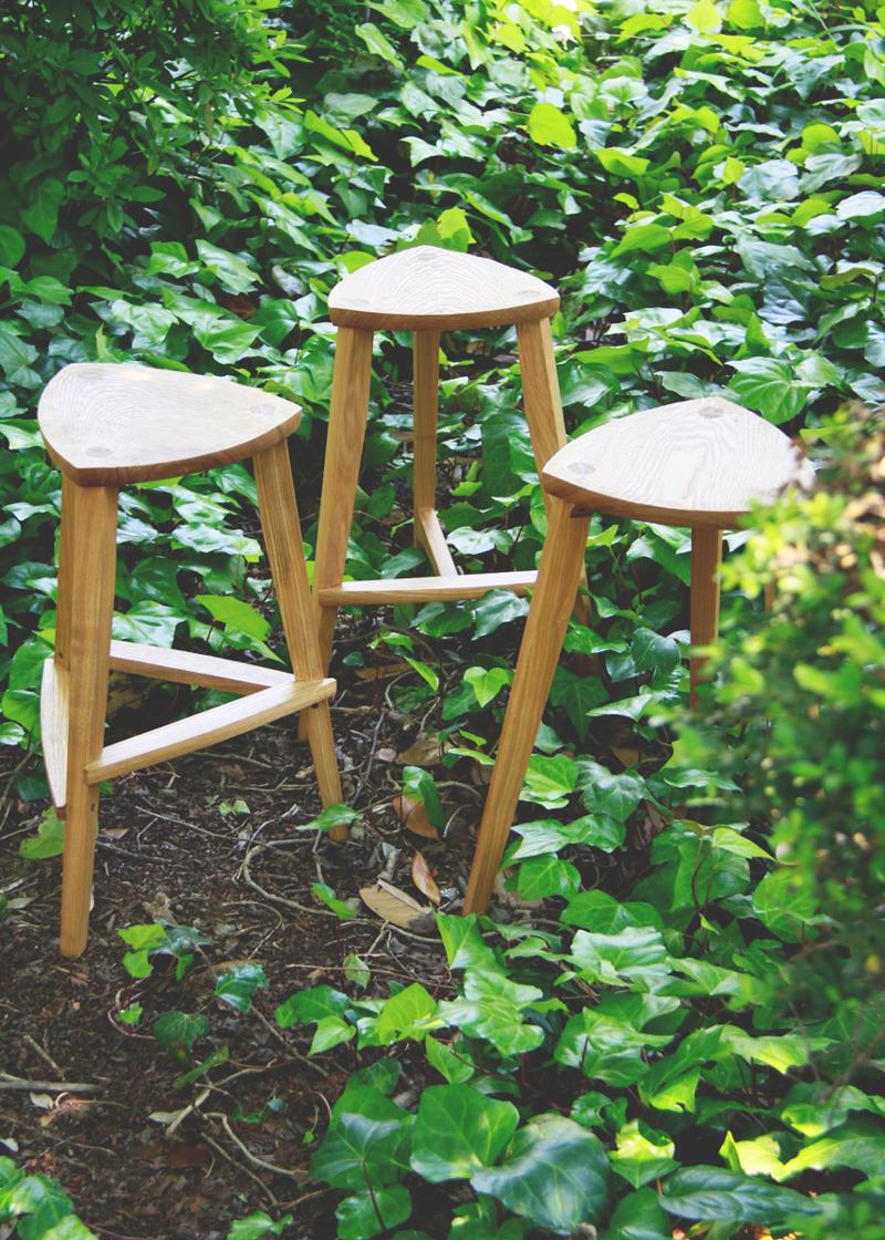 自然の中に配置したHIKARI製作の椅子